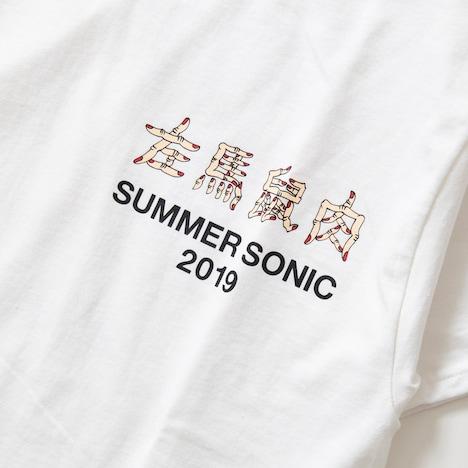 野性爆弾くっきーと「SUMMER SONIC 2019」のコラボTシャツ「左馬鼠肉」。