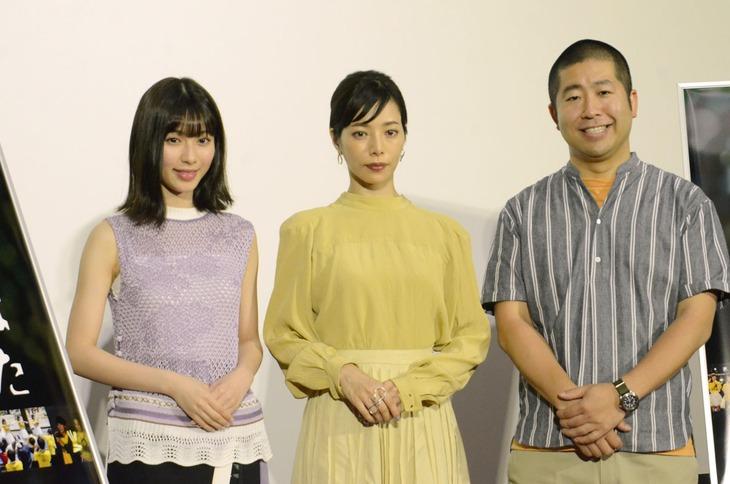 今年7月に行われた「だから私は推しました」の取材会より。左から白石聖、桜井ユキ、ハライチ澤部。