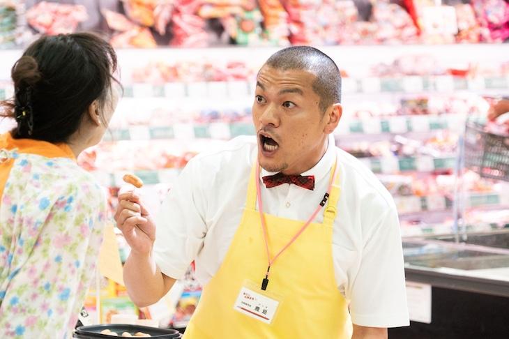 カミナリまなぶ演じるスーパーの店員。(c)テレビ朝日
