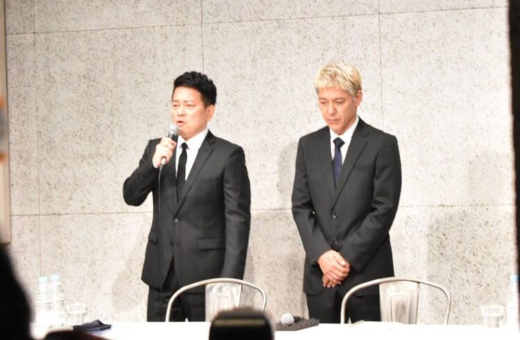 謝罪会見を開いた雨上がり決死隊・宮迫(左)とロンドンブーツ1号2号・田村亮(右)。