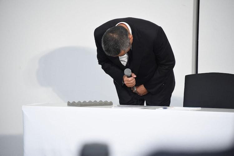 謝罪する岡本昭彦社長。