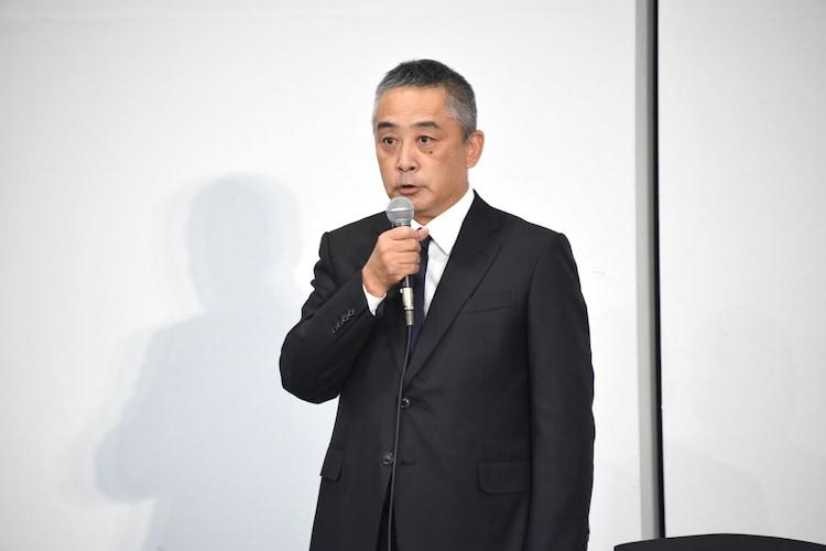 会見に登壇した岡本昭彦社長。