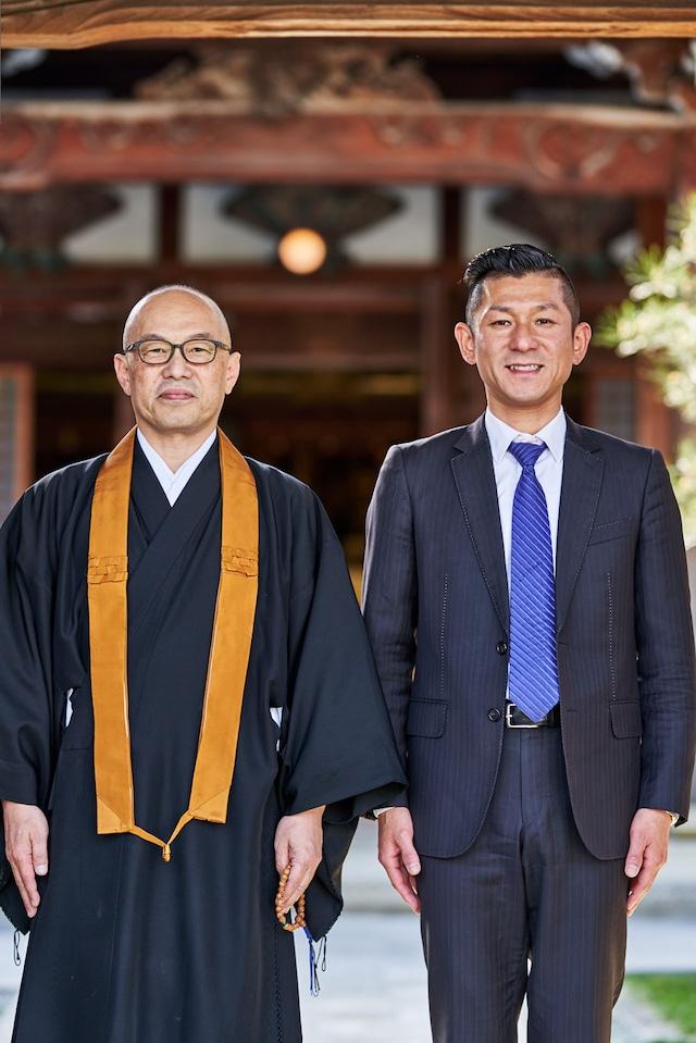 釈徹宗(左)と笑い飯・哲夫(右)。