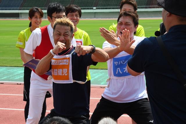 タレントアスリートチームの森脇健児(左)。