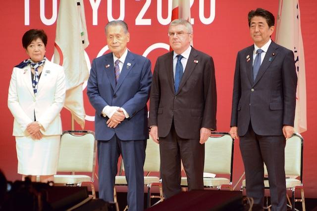 左から小池百合子都知事、東京2020組織委員会・森喜朗会長、トーマス・バッハIOC会長、安倍晋三内閣総理大臣。