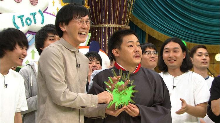 優勝したザ・マミィ。左が林田、右が酒井。(c)フジテレビ