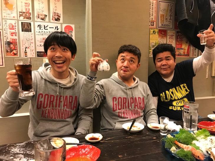左からパラシュート部隊、ゴリけん。(c)テレビ西日本