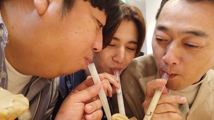 「バナナマンのドライブスリー」でタピオカ入りフロートを吸うバナナマンと山田涼介(中央)。(c)テレビ朝日