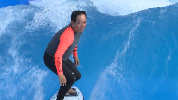 「金曜プレミアム『芸能界特技王決定戦 TEPPEN 2019 夏の陣」でサーフィン対決に出場する、ほんこん。(c)フジテレビ