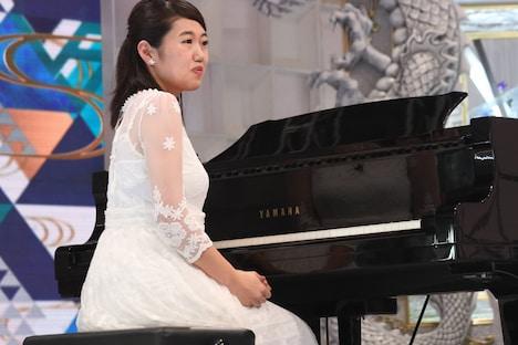ピアノ対決に出場する、横澤夏子。(c)フジテレビ