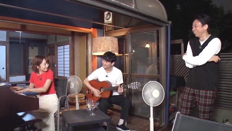 「ヒルナンデス!」のロケ企画「ナンチャン・アリチャン2人旅」でギターを弾く南原清隆(中央)と有吉弘行(右)、番組アシスタントの滝菜月アナ(左)。(c)日本テレビ