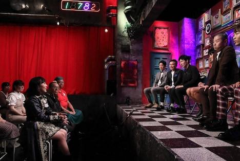 ゲストのたこやきレインボー・堀くるみ(手前左)と芸人たち。(c)ABC