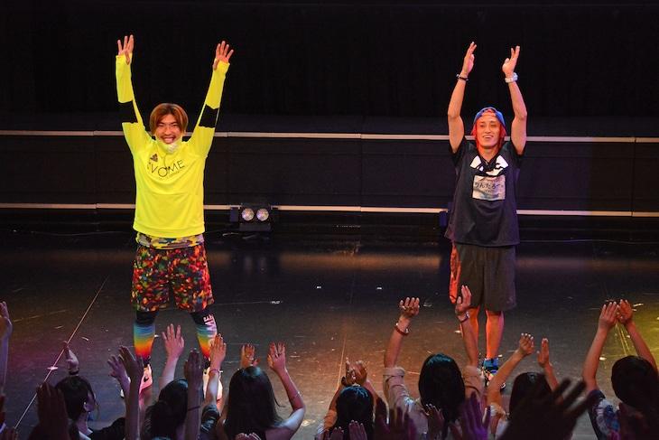 「チャRadio体操」を踊るEXIT。