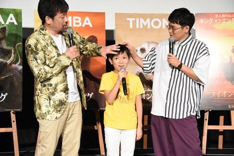 熊谷俊輝(中央)のセットされた髪を触る佐藤二朗(左)と亜生(右)。