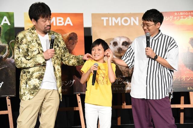 熊谷俊輝(中央)の耳を触る佐藤二朗(左)とミキ亜生(右)。