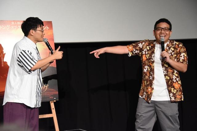 「乱入のタイミングばっちり!」と親指を立てるミキ亜生(左)。