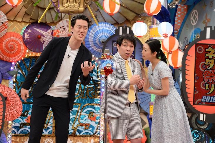 「ネタ祭り! 2019夏!! 史上最強お笑いチャンプが大集結SP」でコラボする霜降り明星と壇蜜(右)。(c)ABCテレビ