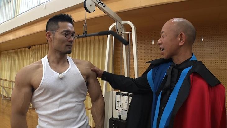 「それって!?実際どうなの課」でとてつもない握力を誇る男性(左)をスカウトするバイきんぐ小峠。(c)中京テレビ