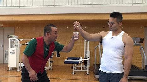 バイきんぐ西村と握力の強い男性(右)。(c)中京テレビ