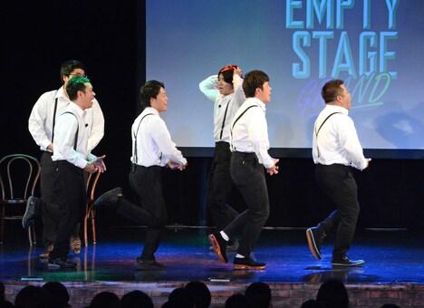 「お~ガンキャノン! アンパンマンとガンダム!」と歌いながら舞台上を走り回る一同。