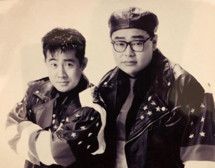 テンション。若き日の(左から)芋洗坂係長、田口浩正。