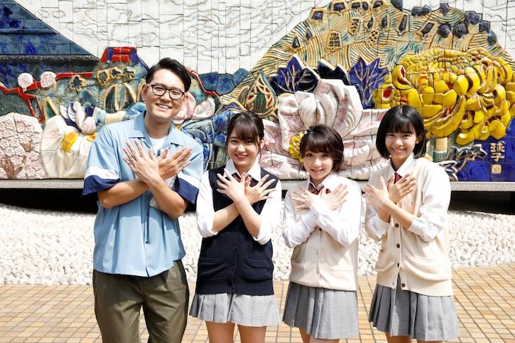 新番組「ハロプロ!TOKYO散歩」に出演する(左から)ナイツ土屋、野中美希、高瀬くるみ、山崎夢羽。