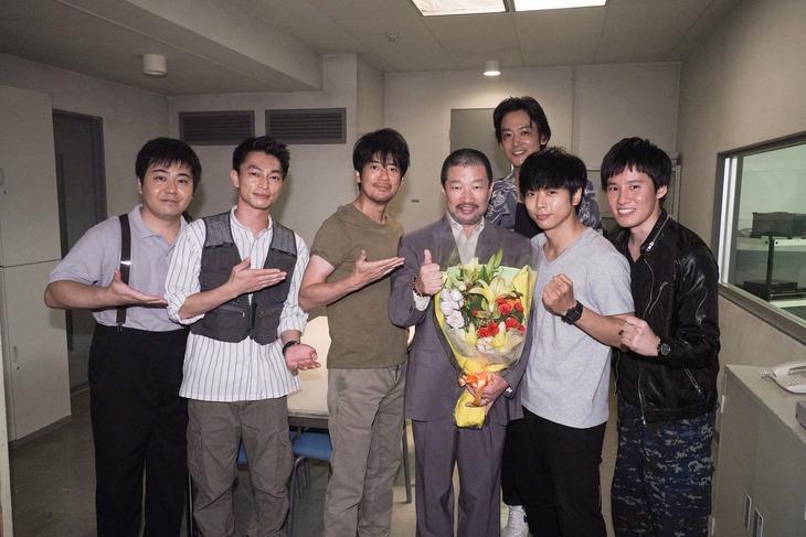 クランクアップを迎えた木村祐一(手前右から3番目)。(c)日本テレビ