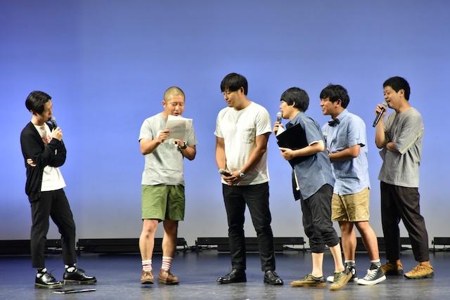 アルコ&ピース平子(左から3人目)を痛烈に批判する投稿を、ハライチ澤部(左から2人目)が読み上げる場面。