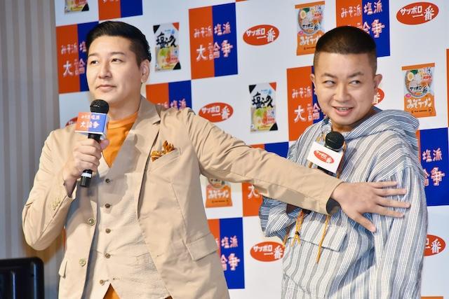 塩派の中川翔子をにらむチョコレートプラネット松尾(右)と、それを制する長田(左)。
