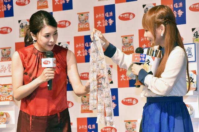 キャンペーンの参加によって抽選でプレゼントされる「切り胡麻缶」を手にする(左から)竹内結子、中川翔子。
