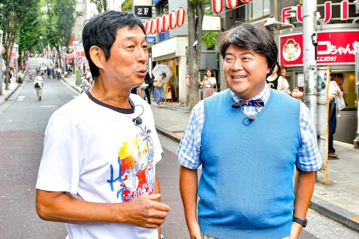 グルメロケを行う明石家さんま(左)とブラックマヨネーズ小杉扮するコス摩呂。(c)TBS