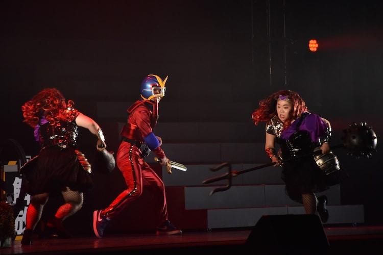 「仮面オジサン」でアクションを披露する内村光良(中央)とニッチェ。
