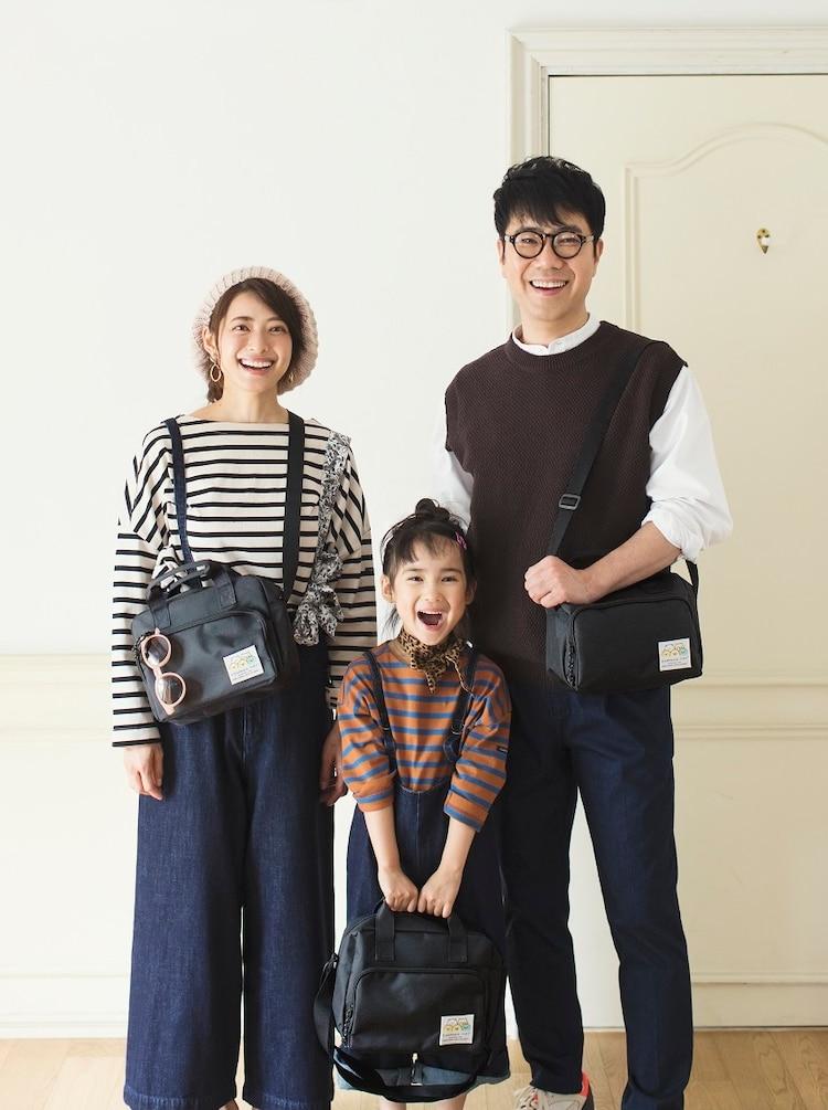 娘役のモデル(中央)とショルダーバッグを着用する藤井隆(右)と乙葉(左)。