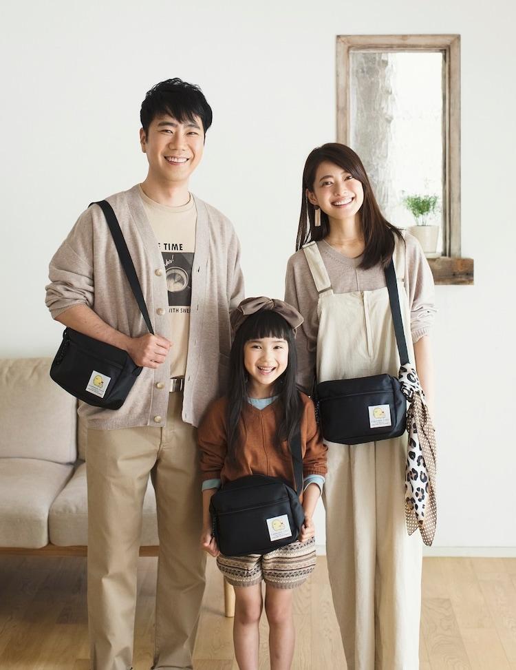 娘役のモデル(中央)とボディバッグを着用する藤井隆(左)と乙葉(右)。