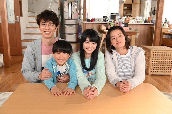 左からユースケ・サンタマリア、鳥越壮真、関谷瑠紀、尾野真千子。(c)日本テレビ