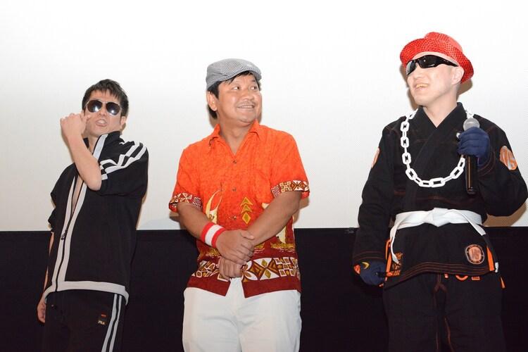 左から横須賀歌麻呂、チャンス大城、柴田容疑者。
