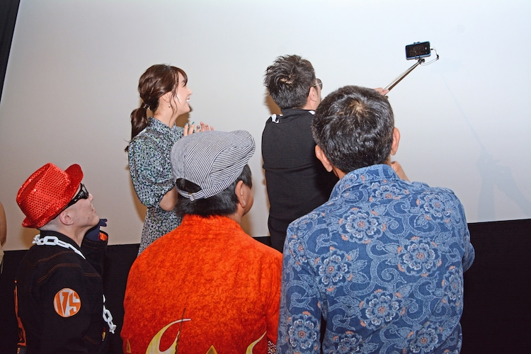 客席をバックに記念撮影をする横須賀歌麻呂たち。