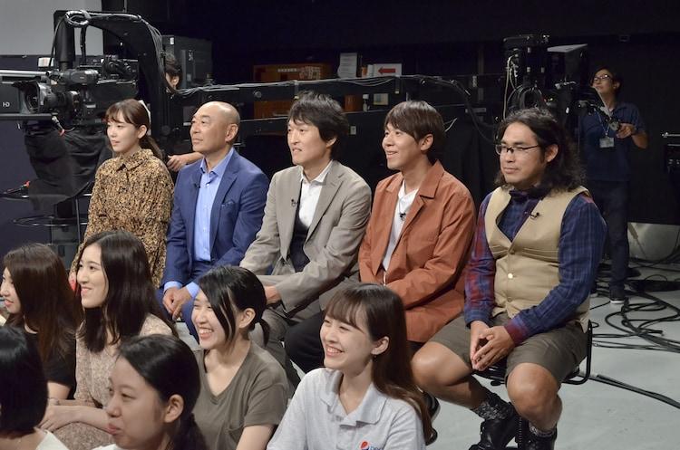 俳優たちが披露するコントを鑑賞する司会陣。