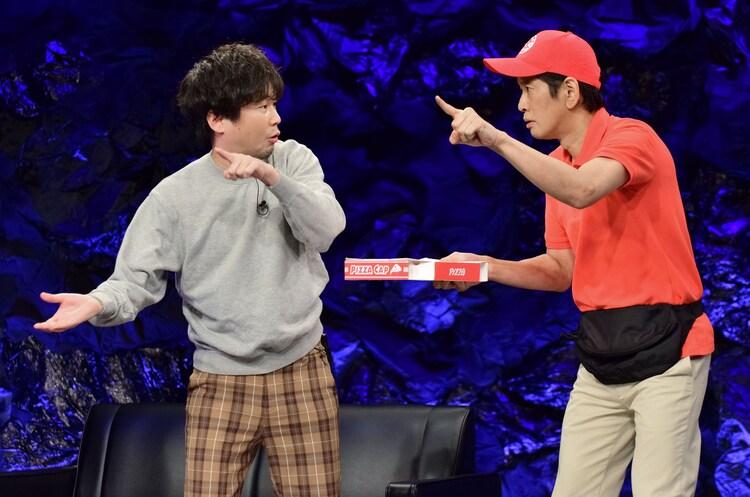 サンドウィッチマンのコント「ピザのデリバリー」を演じる山崎樹範と長谷川朝晴。