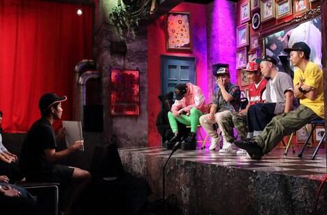 カンペを手に指示を出すジャルジャル後藤(左端)と、後藤以外の芸人5名。(c)ABCテレビ