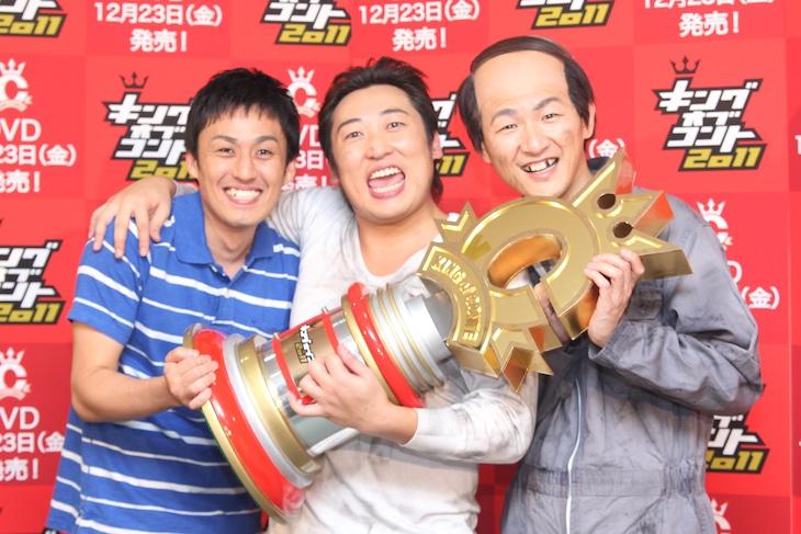 「キングオブコント2011」で見事優勝、第4代チャンピオンとなったロバート。