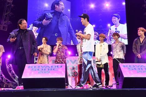 FANTASTICSのステージに現れたプロスカウトマン・荒井裕次郎。