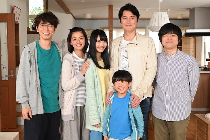 「生田家の朝」キャスト陣と福山雅治、バカリズム。(c)日本テレビ