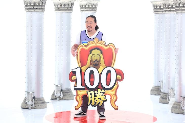 「千原ジュニアの座王」で100勝を達成する笑い飯・西田。(c)関西テレビ