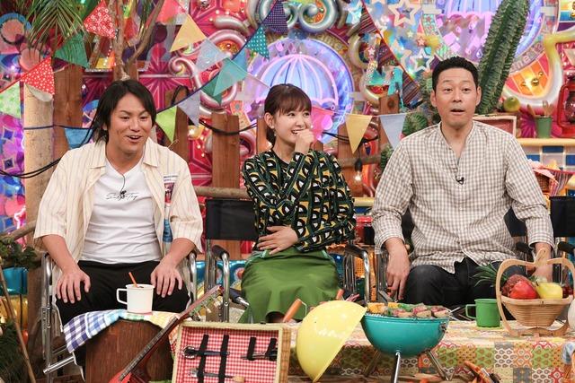 「キャンプたのしい芸人」MC側ゲストの(左から)狩野英孝、葵わかな、東野幸治。(c)テレビ朝日