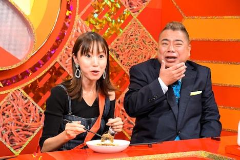 「激辛耐久駅伝」に挑む(左から)鈴木亜美、出川哲朗。(c)TBS