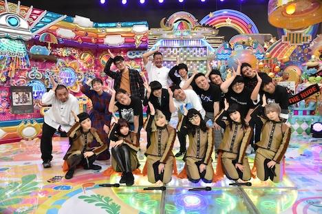 「BiSHドハマり芸人」の出演者たちと、BiSH(前列)。(c)テレビ朝日
