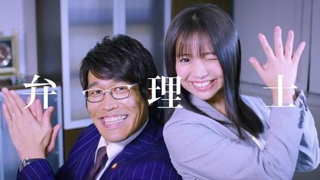 古坂大魔王と大原優乃(右)が出演する「BENRI-C」ミュージックビデオのワンシーン。
