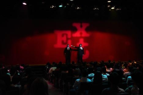 開演前に「アフリカあるあーる」を披露する外国人SP風の男性たち。