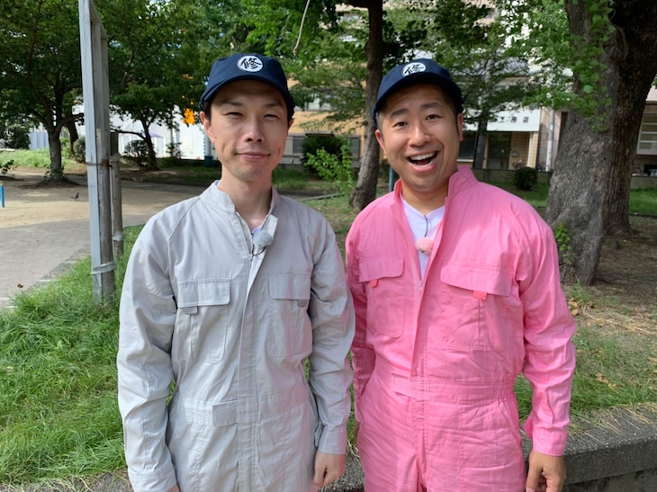 修繕屋に扮するハライチ。(c)NHK